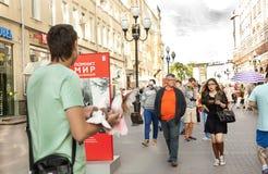 Straße altes Mädchenjungenfrauen-Mannkind geselliger Menschen Arbat Moskau Stockbilder
