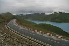 Straße auf dem tibetanischen See Stockfotos