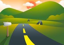 Straße auf den Hügeln mit Gebirgssonnenunterganglandschaft Stockfoto