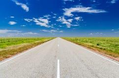 Straße auf der australischen Wüste Stockfotos