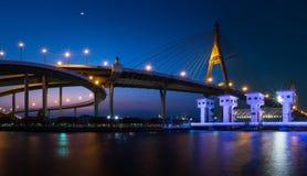 Straße auf der Brücke am Abend Lizenzfreie Stockfotografie