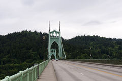Straße auf der grünen Brücke mit Baumhintergrund in Portland, Oreg lizenzfreie stockfotografie