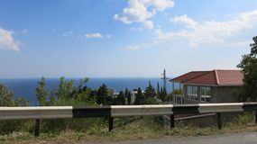 Straße auf der Seeküste Stockbild