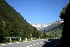 Straße auf die Schweiz-Bergen Stockfoto