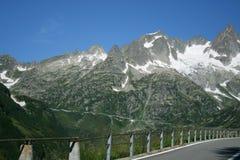 Straße auf die Schweiz-Bergen Lizenzfreies Stockfoto