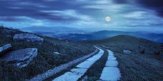 Straße auf einem Abhang nahe Bergspitze nachts Stockfotografie