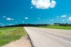 Straße auf einem Feld in der Illinois-Landseite stockfoto