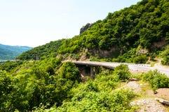 Straße auf einem Hintergrund von Bergen lizenzfreies stockfoto