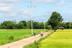 Straße auf Feldhimmel und -völkern Stockfotos