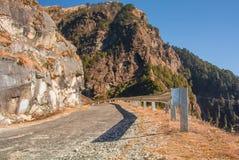 Straße auf Hügeln Lizenzfreie Stockfotografie