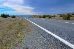 Straße auf Hochland von Neuseeland Lizenzfreie Stockfotos