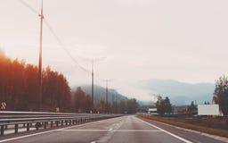 Straße auf Sonnenaufgang, Altai-Berge Lizenzfreie Stockfotografie