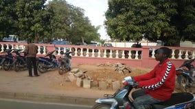 Straße Bamakos Mali mit Leuten auf moto Austauschen stock video
