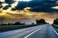 Straße bei Sonnenuntergang. Stockfotos