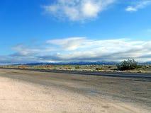 Straße, Berge und azurblauer blauer Himmel, Natur, stockfoto