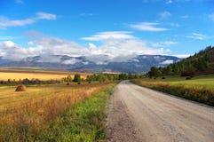 Straße, Berge und Himmel. Stockbild