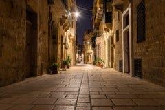 Straße in Birgu nachts lizenzfreies stockbild