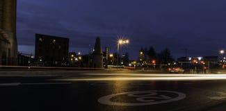 Straße bis zum Nacht - Keel Wharf-Ufergegend des Flusses Mersey, Liverpool, Großbritannien stockfotografie