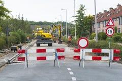 Straße blockiert von den Bauarbeitern Stockfotos