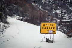 Straße blockierte Zeichen auf Schnee bedeckter Gebirgsstraße in Korsika Lizenzfreie Stockfotografie
