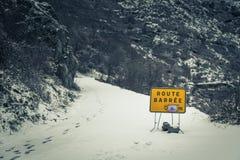 Straße blockierte Zeichen auf Schnee bedeckter Gebirgsstraße in Korsika Stockfoto