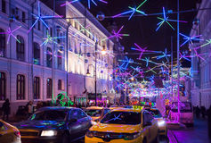 Straße Bolshaya Dmitrovka an Sylvesterabend Lizenzfreie Stockbilder