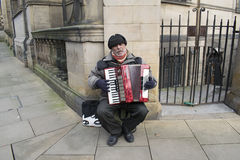 Straße Busker Playing An Accordion in Sheffield City Centre Stockbild