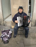 Straße Busker Playing An Accordion in Sheffield City Centre Stockfotografie