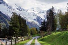 Straße in Chamonix-Dorf mit Mont Blanc auf dem Hintergrund Stockfotos