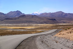 Straße an Chile-Bolivien-Grenze, Nationalpark Lauca, Chile Stockfotos
