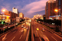 Straße China-Peking, Verkehr, Nachtszene Stockfotografie