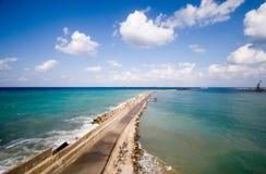 Straße in das tiefe blaue Meer Stockbilder