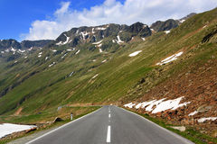 Straße in den österreichischen Alpen Lizenzfreies Stockfoto