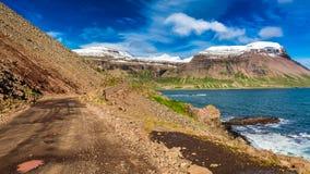 Straße in den Bergen über dem arktischen Meer, Island Lizenzfreie Stockbilder