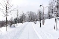 Straße in den Bergen bedeckt mit Schnee Russland, UralJanuary, Temperatur -33C Das Konzept der Freiheit und der Bewegung Stockfoto