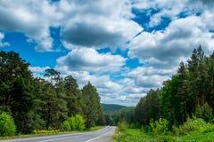 Straße in den Bergen der Urals Stockfotos