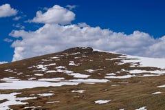 Straße in den Bergen mit blauem Himmel und Wolken Stockfoto