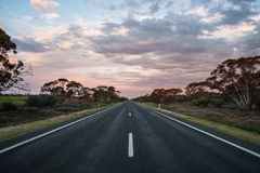 Straße in den Sonnenuntergang stockfotos