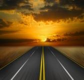 Straße in den Sonnenuntergang Stockfoto