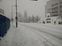 Straße in den starken Schneefällen Stockfotografie