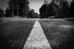 Straße in den Wald Schwarzweiss mit Vignette lizenzfreie stockfotos