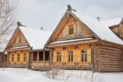 Straße der alten Holzhäuser Lizenzfreies Stockbild