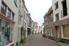 Straße in der alten kleinen niederländischen Stadt Stockbilder