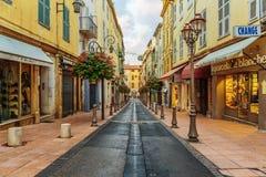Straße in der alten Stadt Antibes in Frankreich lizenzfreie stockfotografie