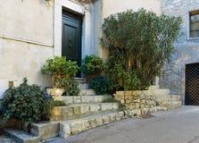 Straße in der alten Stadt Mougins in Frankreich Lizenzfreies Stockbild