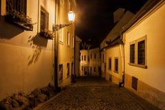 Straße in der alten Stadt von Bratislava nachts Stockbilder