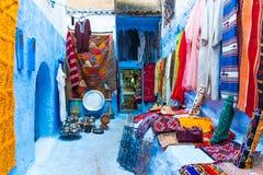 Straße in der blauen Stadt Medina in Chefchaouen, Marokko, Afrika lizenzfreie stockfotos