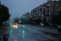 Straße an der Dämmerung Stockbild