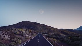 Straße an der Dämmerung unter der gefrorenen vulkanischen Lava des Vulkans Teide Teneriffa stockfoto