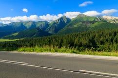 Straße in der grünen Sommerlandschaft von Tatra-Bergen in Zdiar-Dorf, Slowakei Lizenzfreies Stockfoto